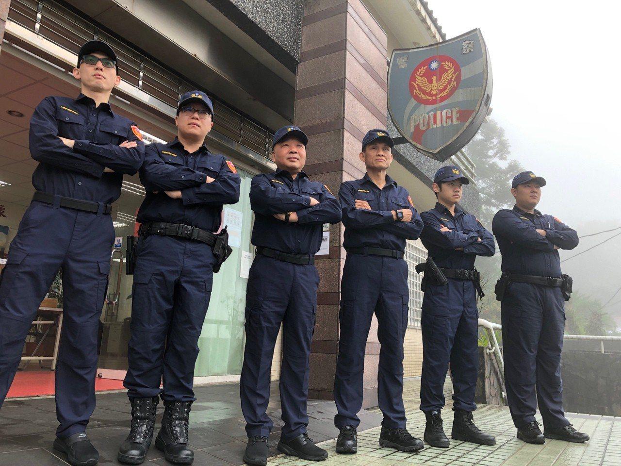 竹子湖派出所員警換穿新制服,守護陽明山治安。記者蕭雅娟/翻攝