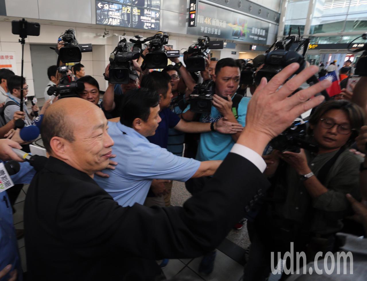 高雄市長韓國瑜今天上午從美國返國後,立即搭高鐵回高雄市府上班,韓國瑜向民眾揮手致...