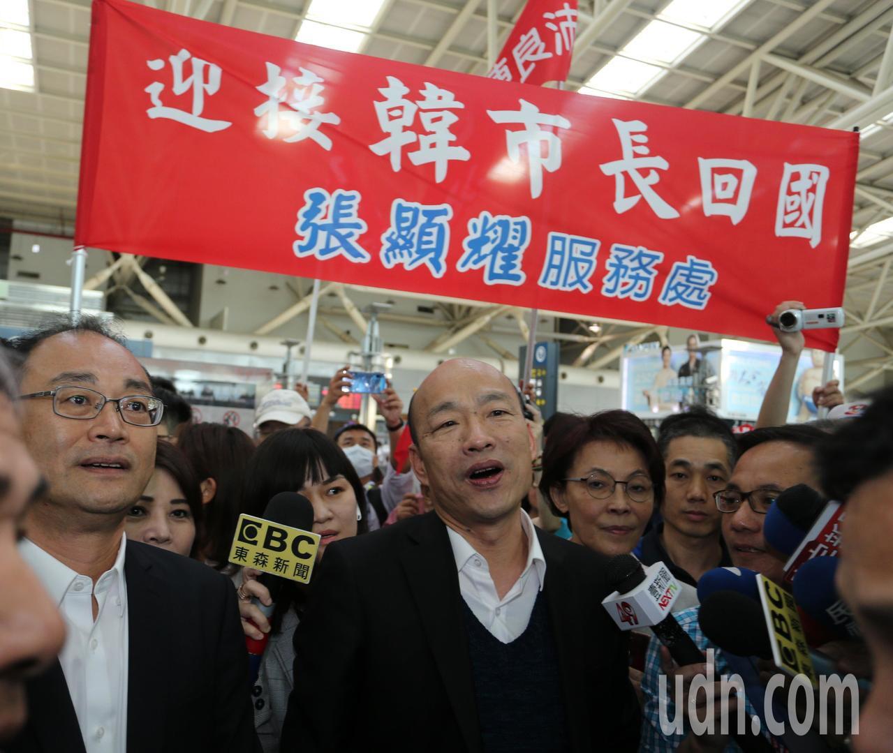 高雄市長韓國瑜今天上午從美國返國後,立即搭高鐵回高雄市府上班,抵達左營高鐵站後民...