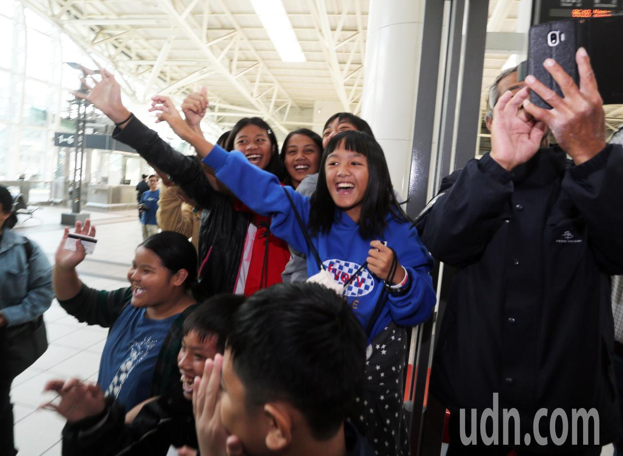 高雄市長韓國瑜今天上午從美國返國後,立即搭高鐵回高雄市府上班,韓粉招手致意。記者...