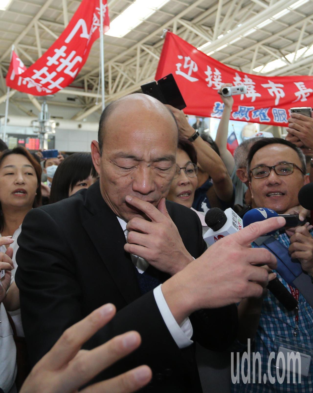 高雄市長韓國瑜今天上午從美國返國後,立即搭高鐵回高雄市府上班,韓國瑜經過長途旅行...