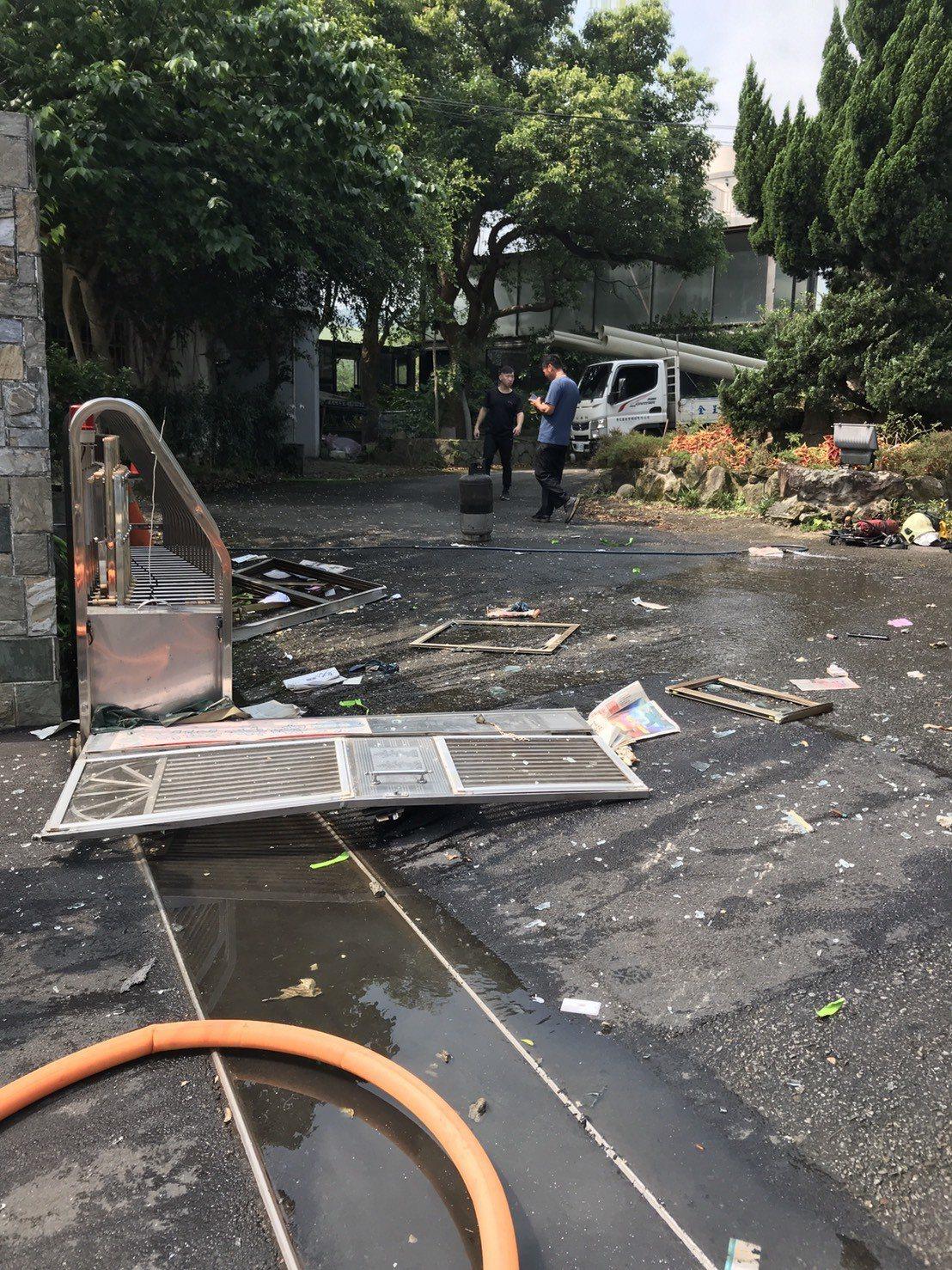 社區警衛室疑似瓦斯氣爆直接燒成一片焦黑,保全沒有逃出慘遭火舌吞噬。記者巫鴻瑋/翻...