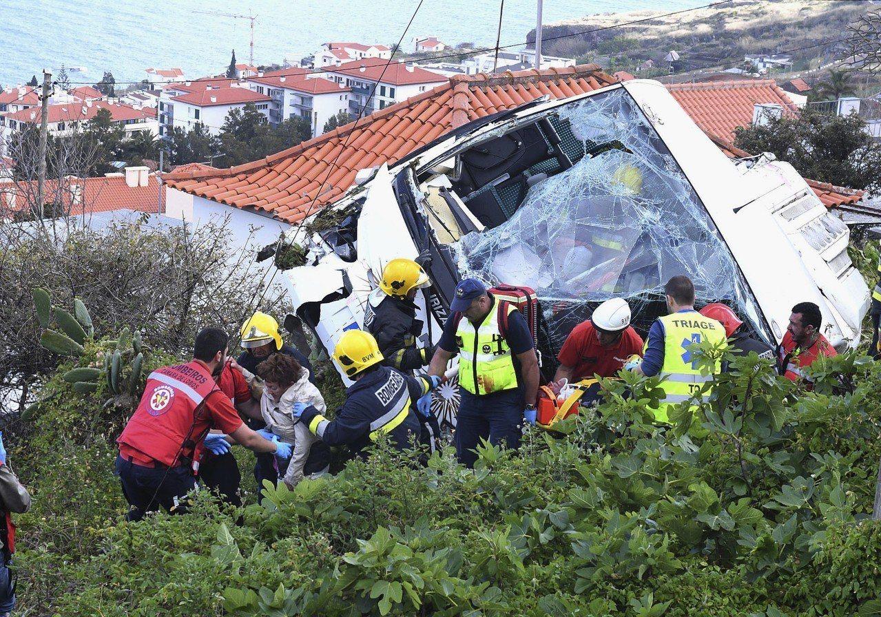 葡萄牙位於非洲西岸外海的領土馬德拉島(Madeira)17日發生遊覽車翻覆的重大...