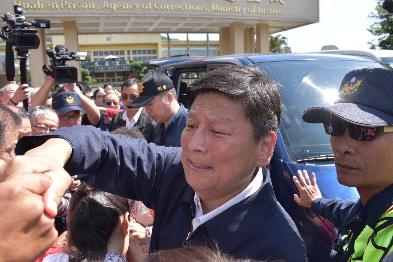 傅崐萁跟支持者握手。記者王思慧/攝影