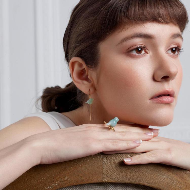 設計師品牌林曉同陸續推出一系列的耳飾、胸針、戒指或墜飾,顛覆傳統思維,讓玉變得更...