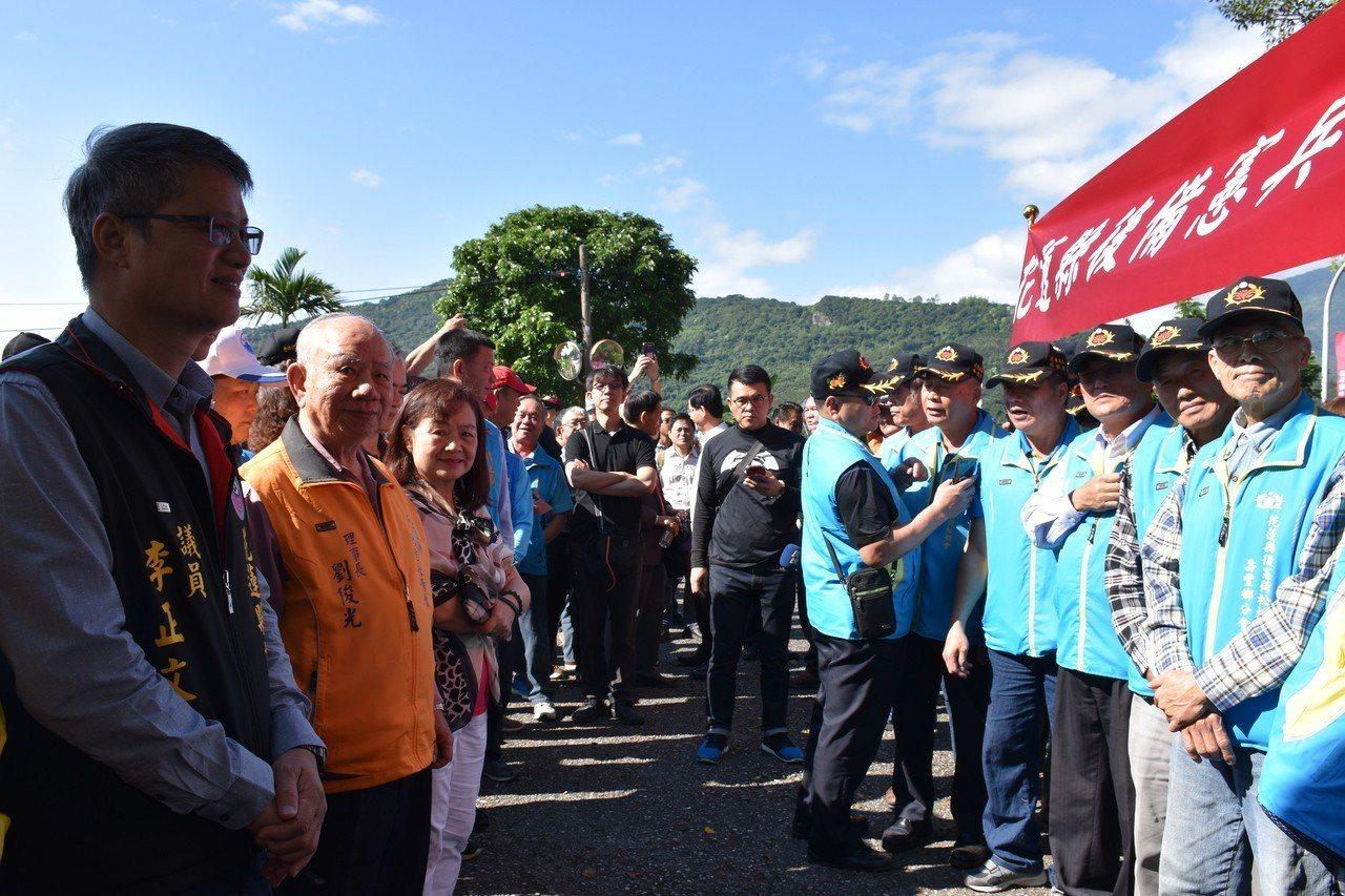 民眾列隊要歡迎傅崐萁出獄。記者王思慧/攝影