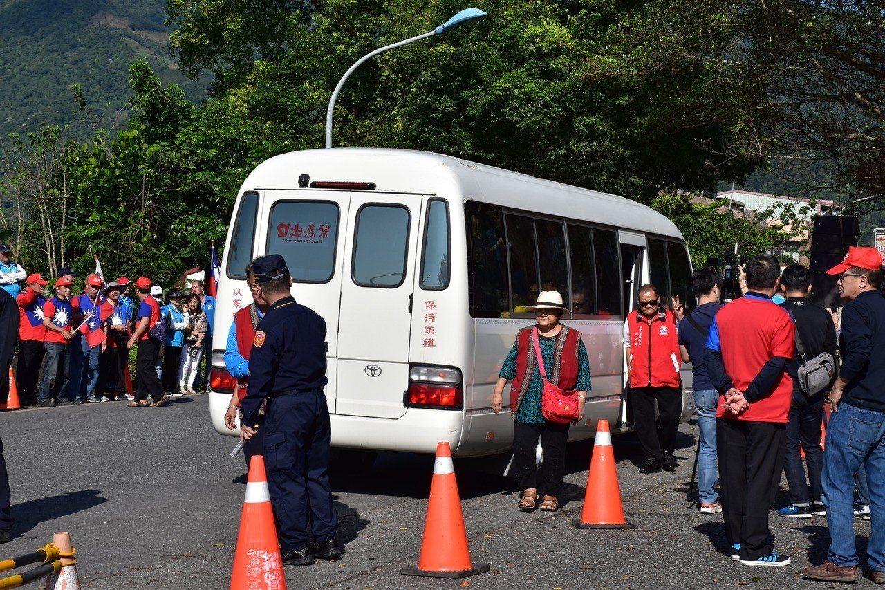 有民眾包下小巴士到花蓮監獄迎接傅崐萁出獄。記者王思慧/攝影