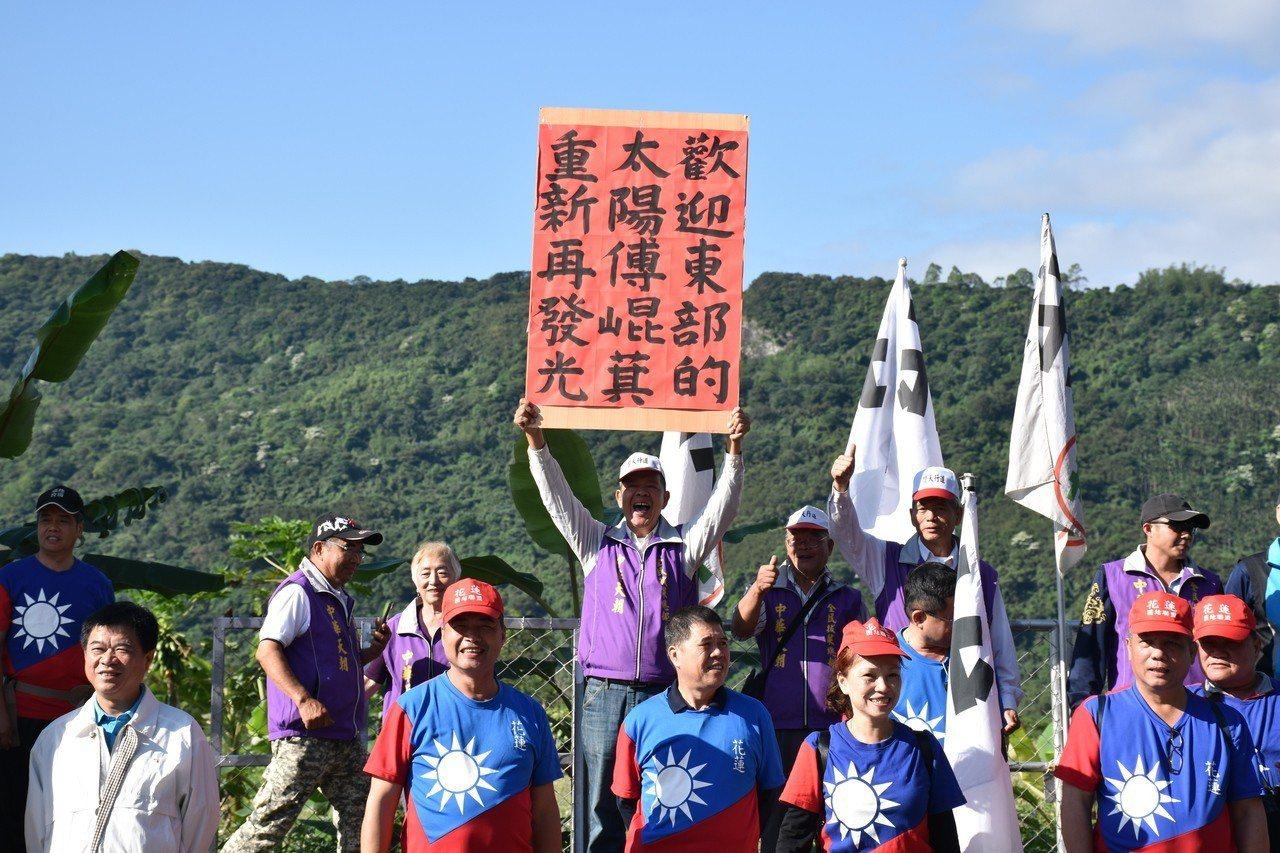 有民眾自製標語,手舉牌歡迎東部的太陽傅崐萁重新發光。記者王思慧/攝影
