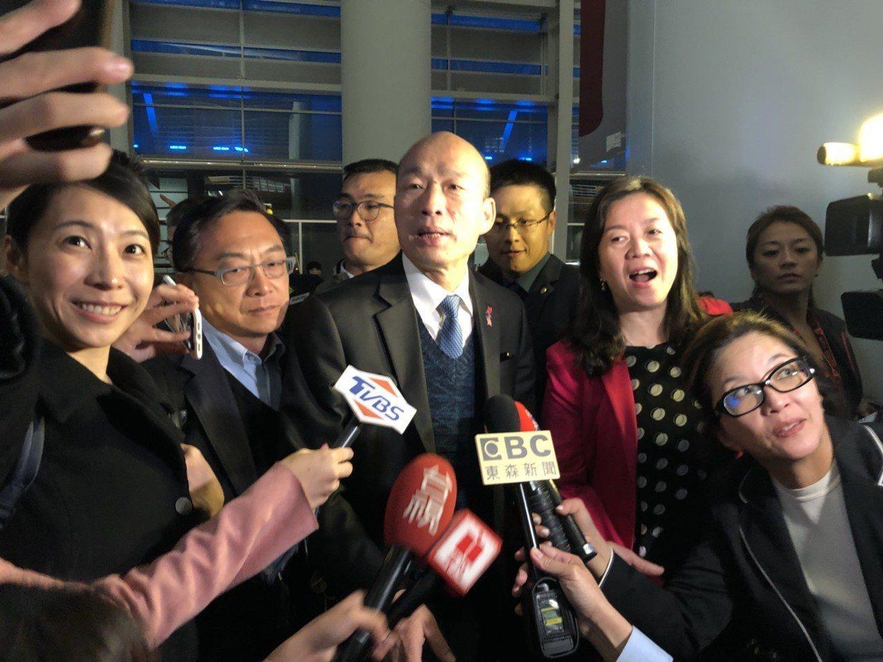 高雄市長韓國瑜美西時間17日凌晨搭機返台前,在舊金山機場被問到初選階段是否為郭助...