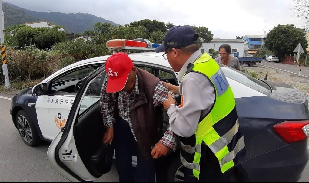 台東偏鄉部落民眾普遍認為,警察舊制服比較有管區的fu。記者尤聰光/翻攝