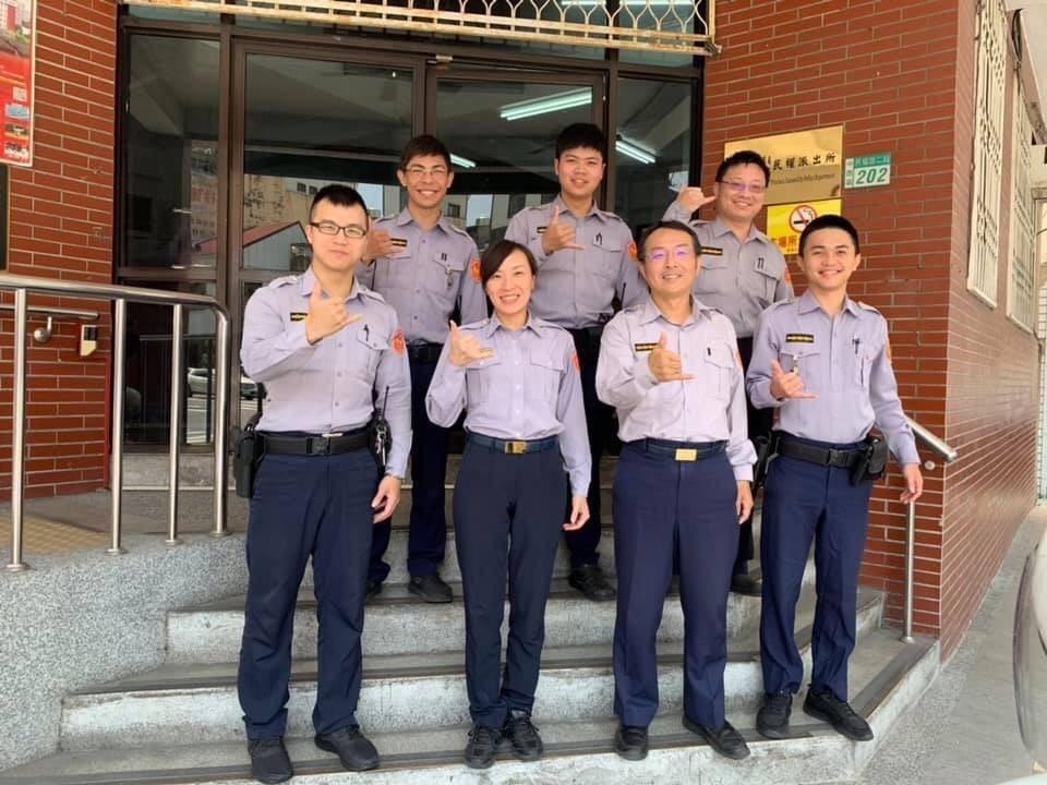警察今天換新裝,台南市警二分局民權派出所員警昨穿舊制服集體拍照留念。記者黃宣翰/...
