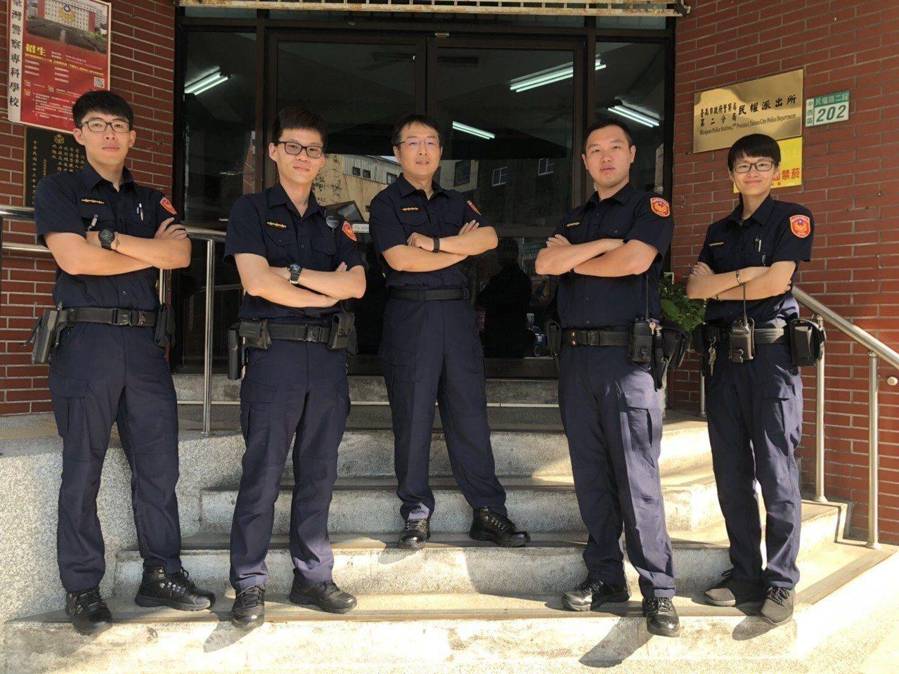 今天員警更換新制服,民權派出所員警上午穿新制服亮相。記者黃宣翰/翻攝