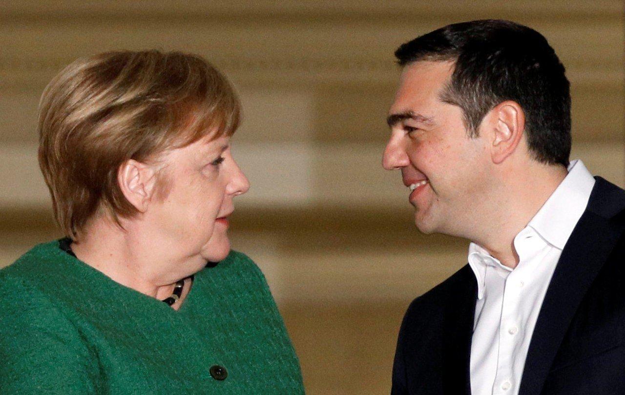 德國總理梅克爾(左)今年1月出訪雅典,與希臘總理齊普拉斯會面。路透