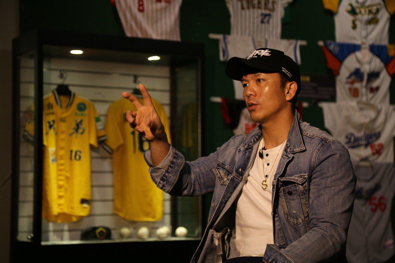 職棒球員周思齊接受專訪,談努力過程。 記者陳煜彬/攝影