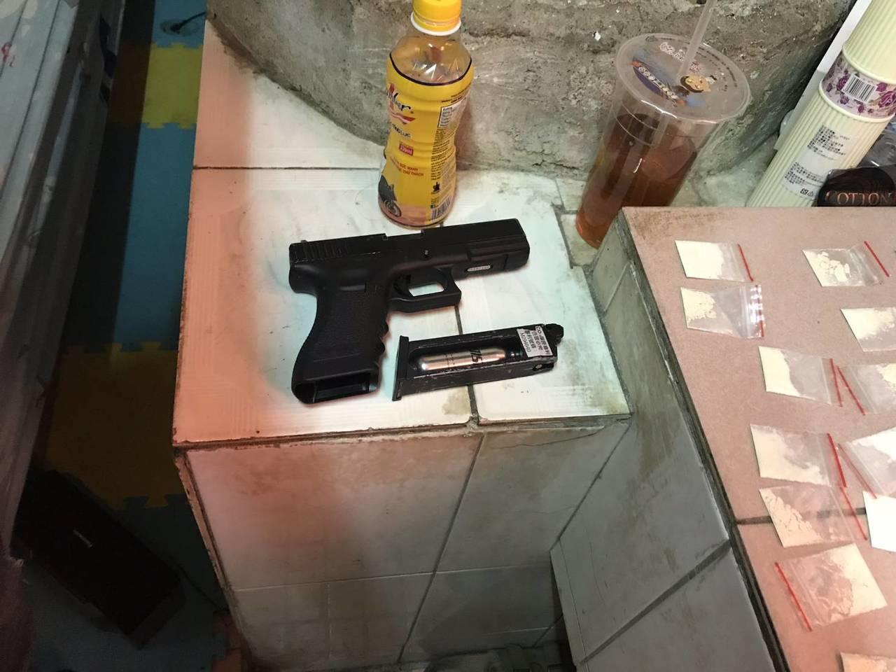 移民署憲警聯手查獲外籍移工持有槍彈槍毒。圖/翻攝畫面