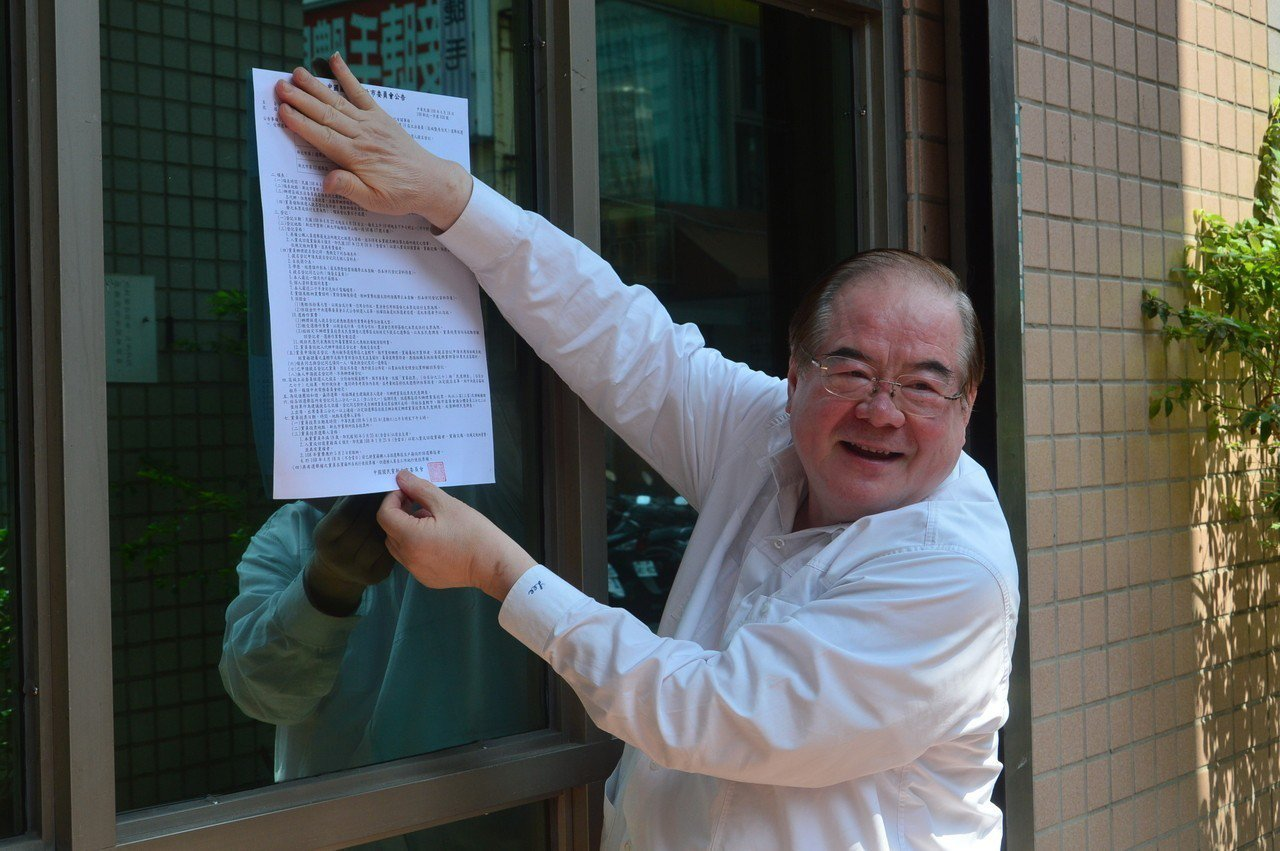 國民黨新北市黨部主委李乾龍張貼3波領表登記作業。記者施鴻基/攝影