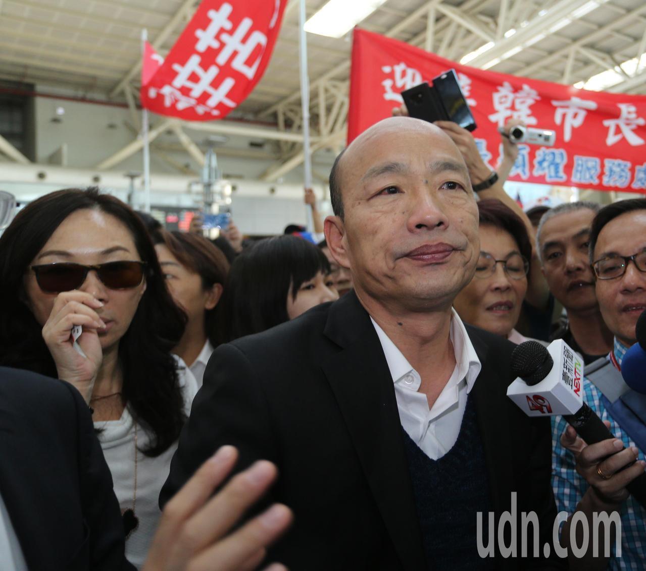 高雄市長韓國瑜今天上午從美國返國後,立即搭高鐵回高雄市府上班,拱他選總統的聲音不...