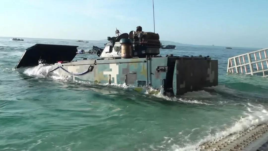央視日前播出大陸首艘國產航空母艦海試畫面,並公布兩張演練搶灘登陸照片。(取自《央...