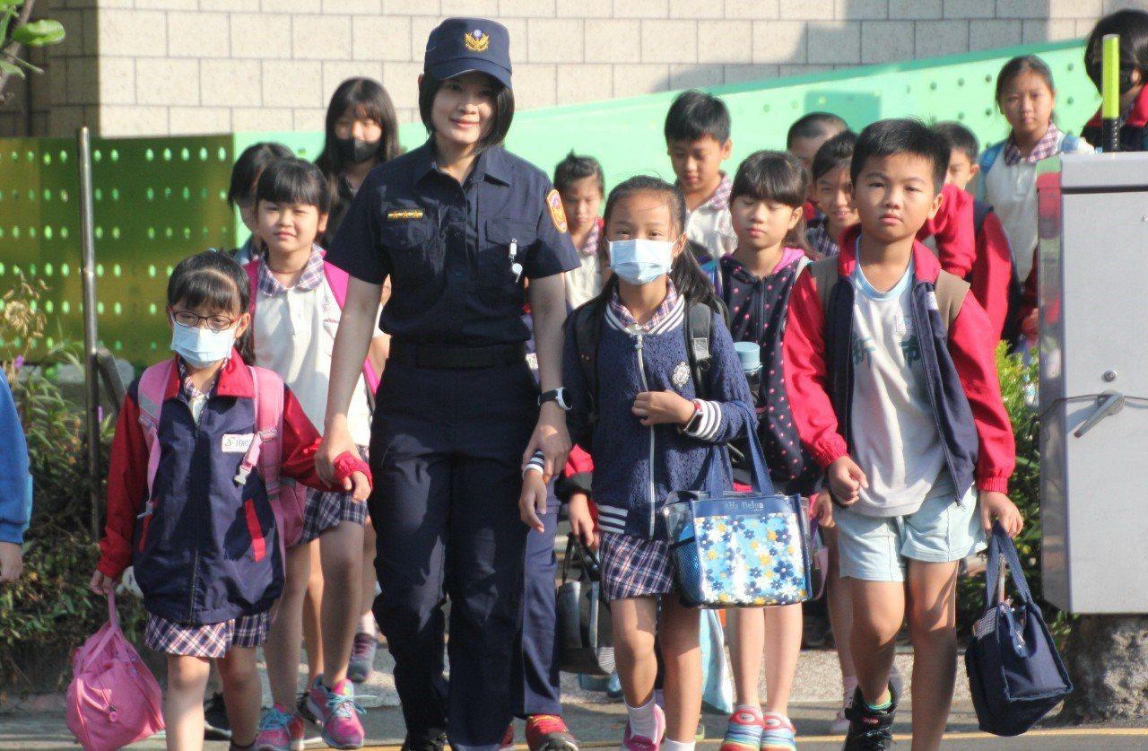 員警換裝首日,許多家長與小朋友都說新制服好看。圖/善化警分局提供