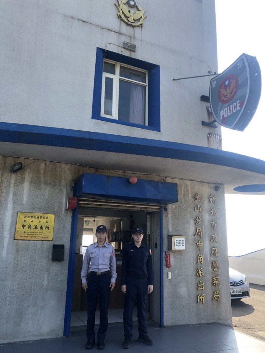 金山警分局各派出所員警穿上全新藏青色制服,並進行新舊制服的交接儀式。圖/金山警分...