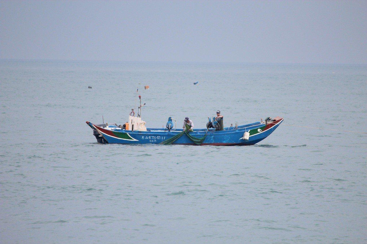 新北市以每船10萬元訂定收購魩鱙漁業經營權,輔導漁民轉作其他漁業,避免過度捕撈。...