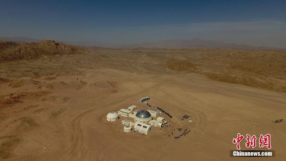 大陸第一個根據太空實際情況建造的「火星1號基地」,17日在甘肅省金昌市揭幕。(中...