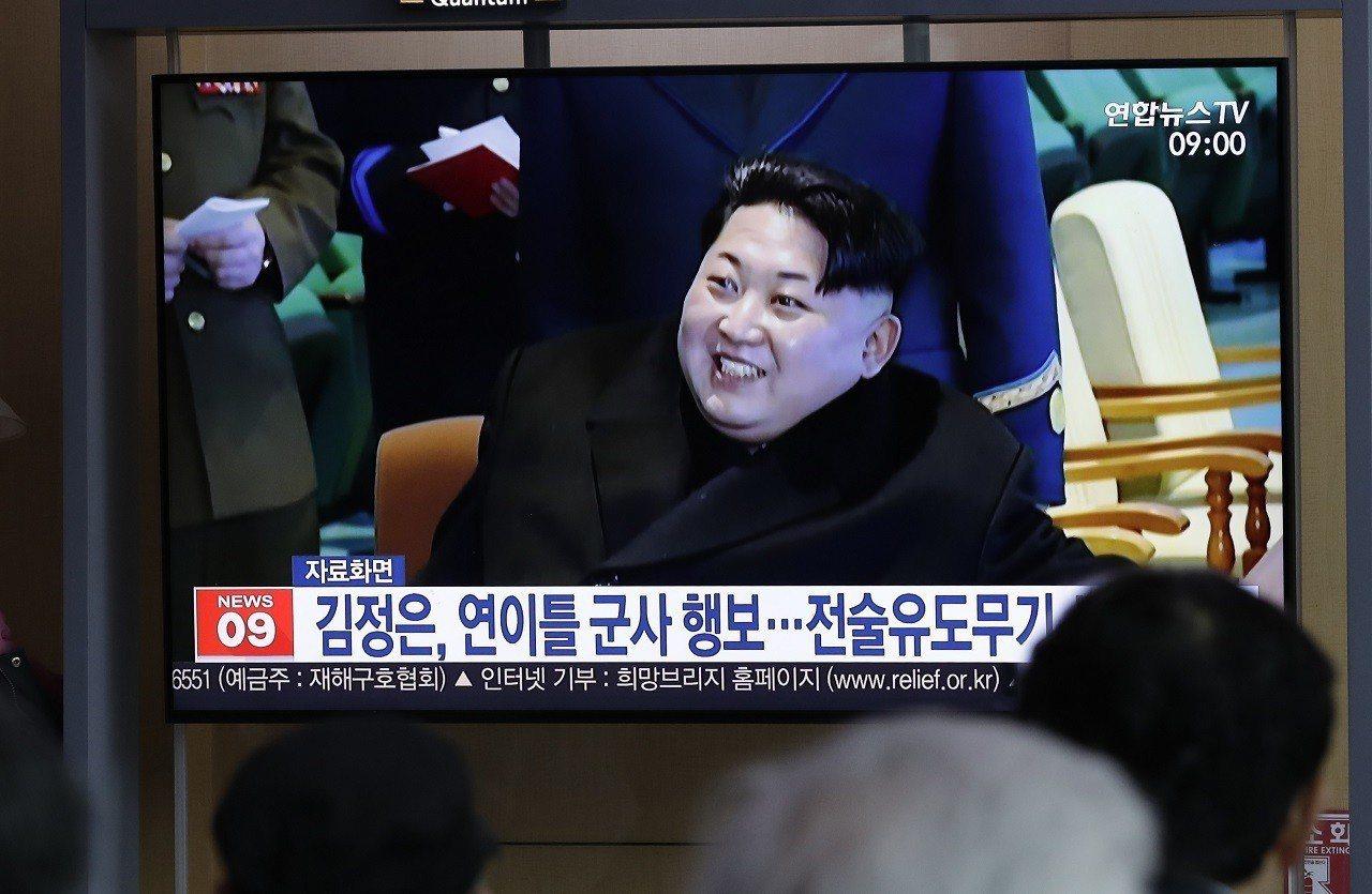 南韓民眾透過首爾火車站內的電視螢幕收看新聞報導北韓國家領導人金正恩「觀摩與指導新...