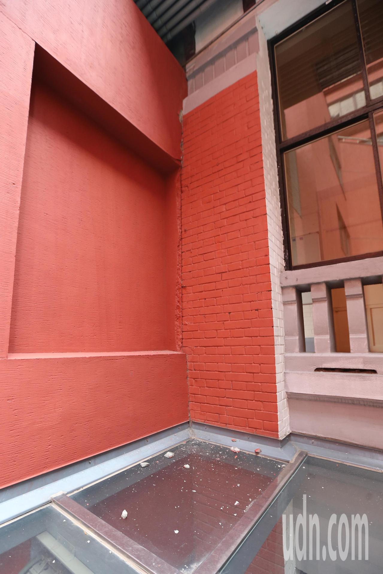 花蓮發生規模6.1有感地震,強烈的搖晃讓立法院部分外牆石塊剝落。記者許正宏/攝影