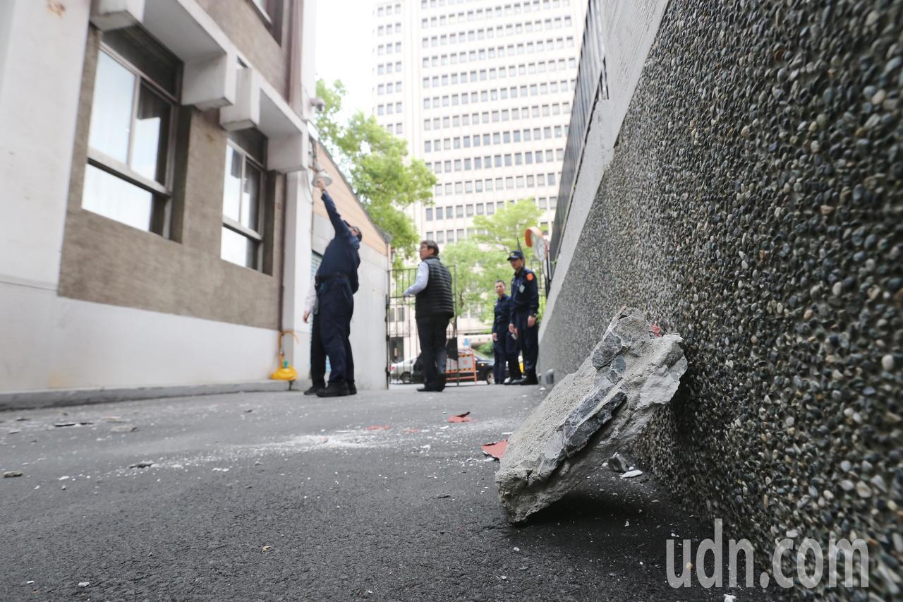 花蓮縣秀林鄉下午發生規模6.1有感地震,強烈的搖晃讓立法院部分外牆石塊剝落,為防...