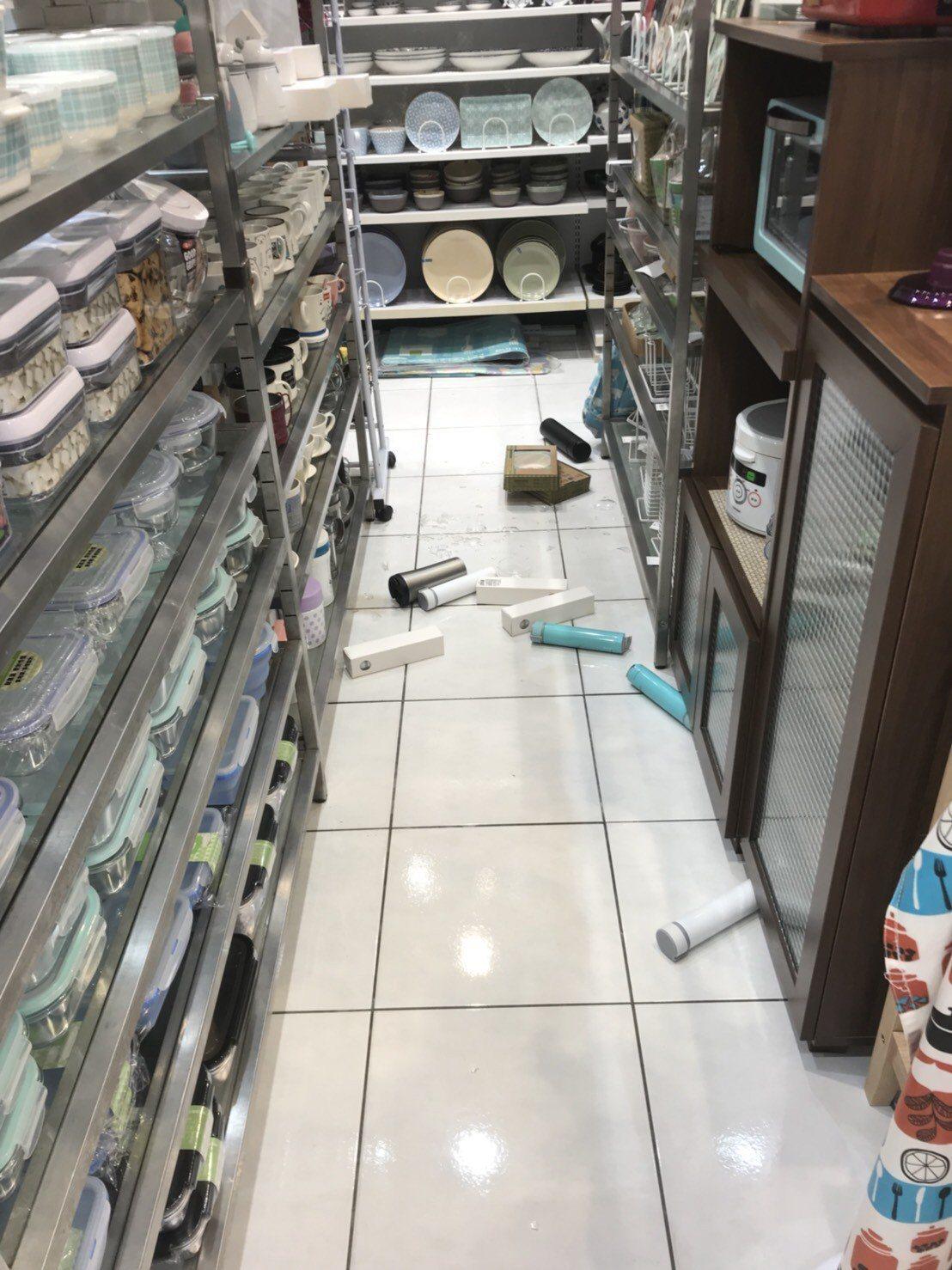 賣場物品因地震掉落。圖/民眾提供