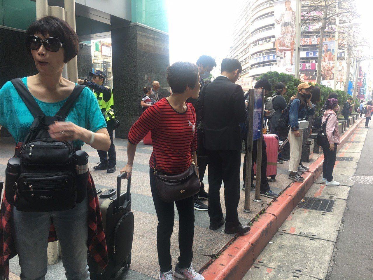 被疏散的旅客聚集在忠孝復興站外。記者魏莨伊/攝影
