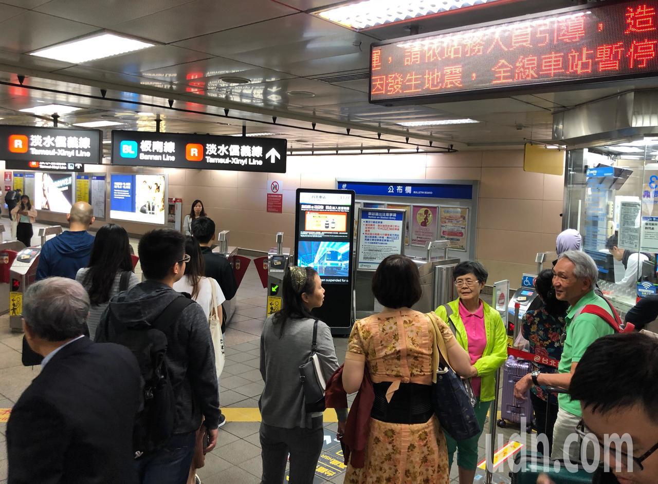 花蓮昨天再度發生強震,台北捷運系統異常,全線目前暫停行駛,各地陸續有災情傳出。聯...