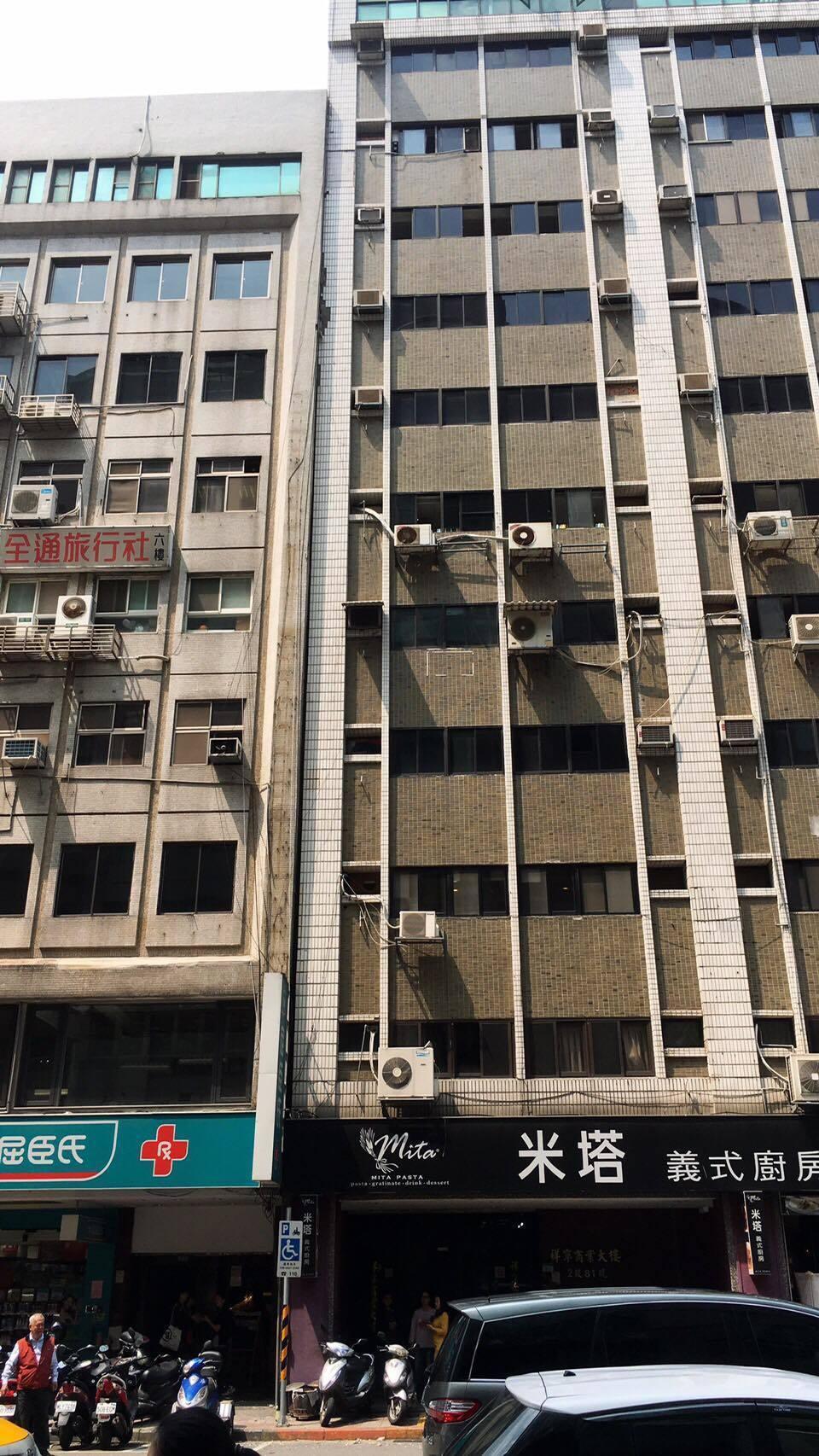 台北市長安東路二段某大樓驚傳傾斜。記者蔡翼謙/翻攝