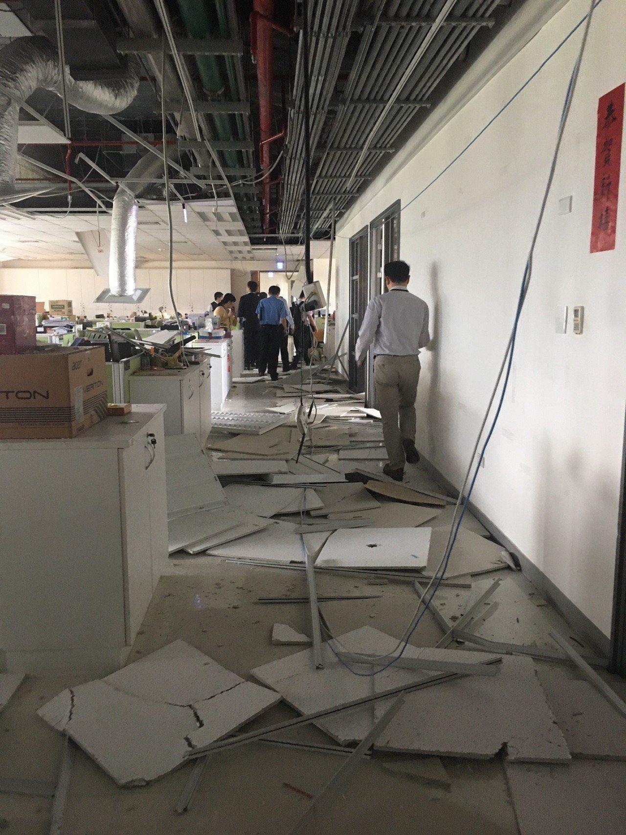 衛福部社家署輕鋼架全部倒塌,目前先暫停工作。圖/衛福部提供