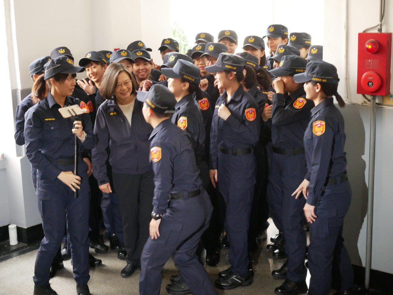 總統蔡英文參加警政署新制服換裝,和穿著新制服女警一起自拍。記者陳金松/攝影