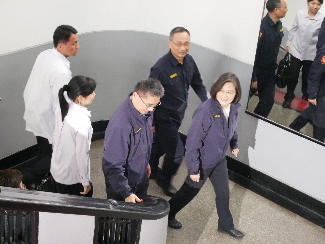 總統蔡英文上午到警政署參加新制服換裝典禮,穿著繡有「總統」字樣的新式警便服外套進...