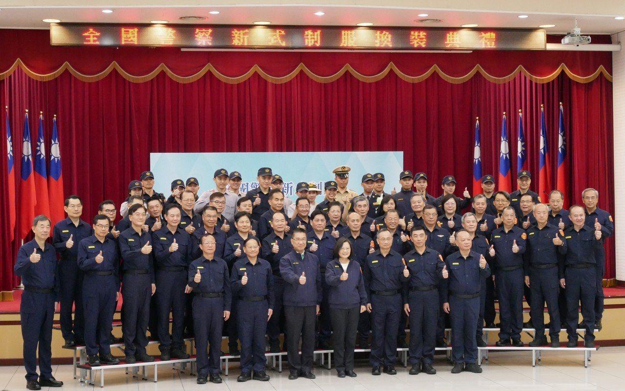 總統蔡英文與穿著新制服的高階警官合影。記者陳金松/攝影