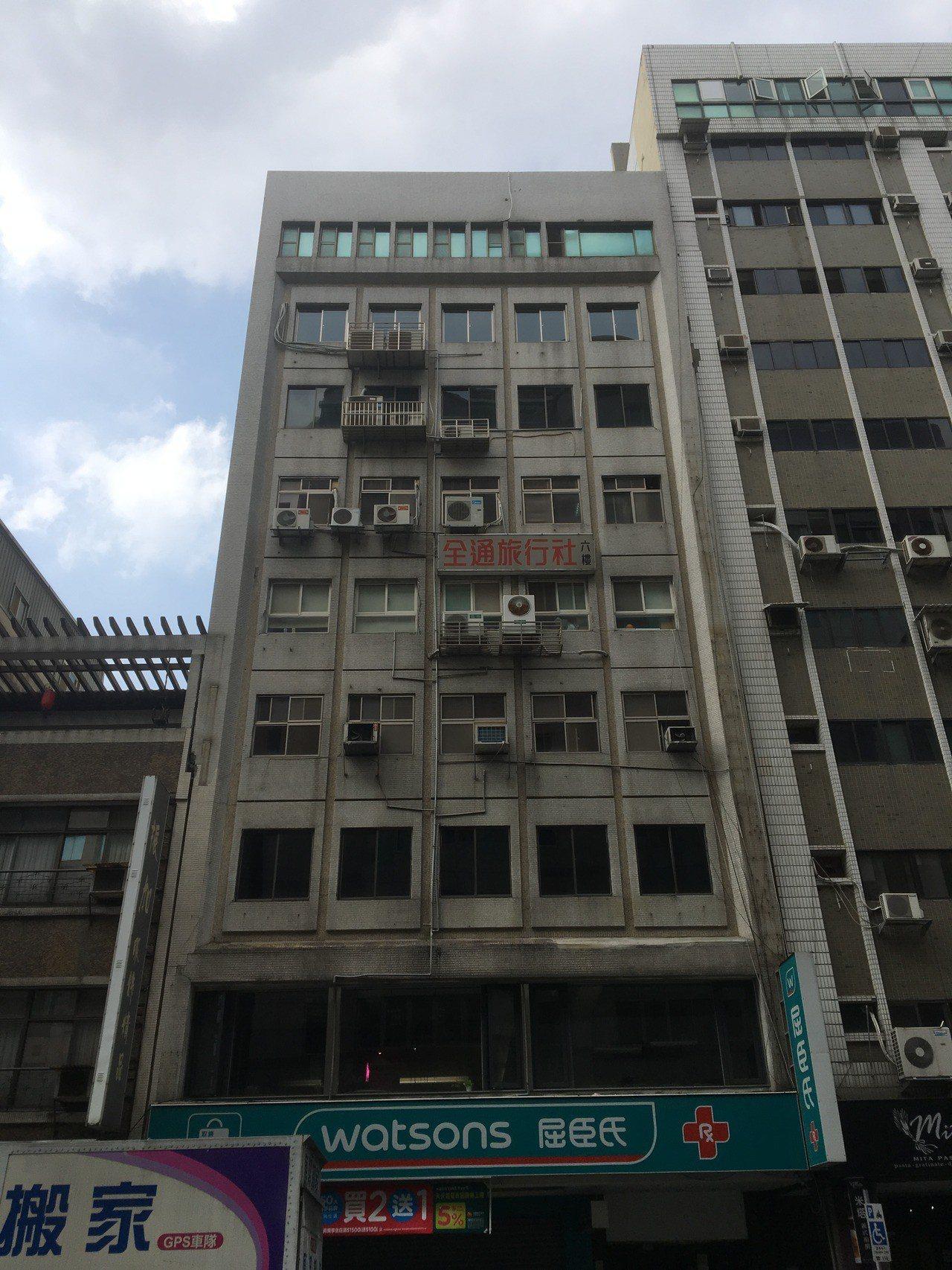 台北市長安東路二段某大樓被強震震到傾斜。記者蔡翼謙/攝影