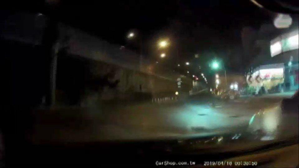 高雄市保大特警今凌晨零時許執行巡邏勤務時,在三民區九如及堯山路口,發現1輛白色自...