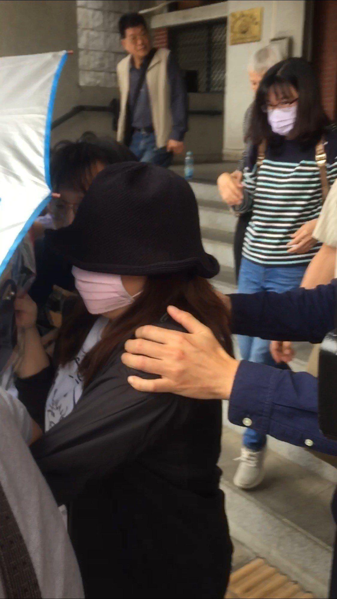 戚女在法庭上認罪,庭後返回醫院就診。記者蕭雅娟/攝影
