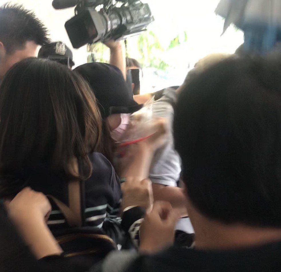 戚女在親友團護送下走出法庭。記者蕭雅娟/攝影