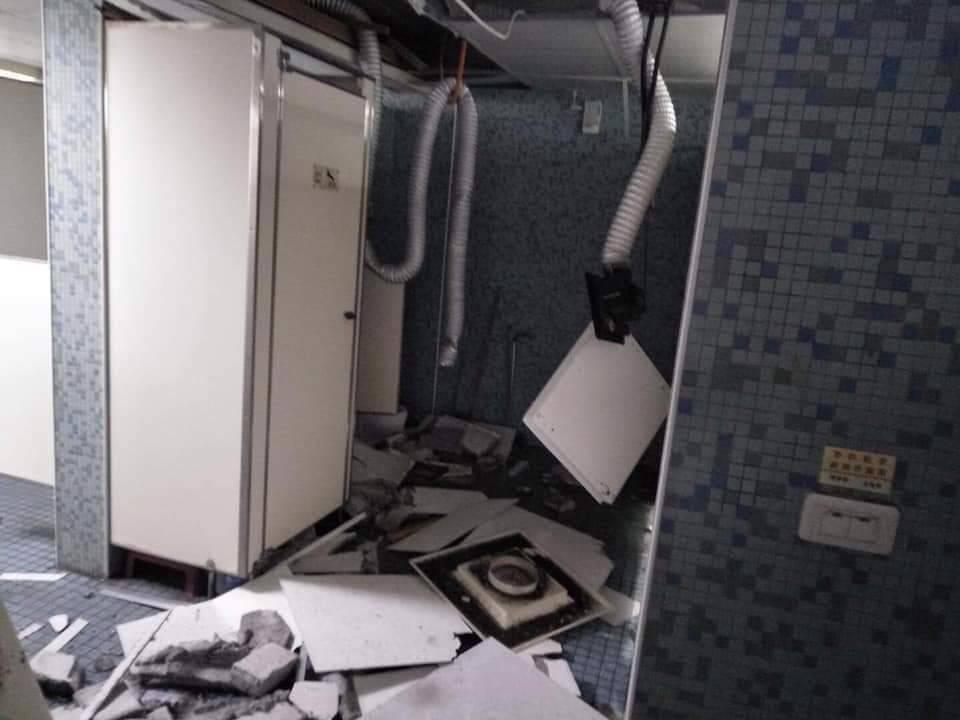 今(18)午1時許發生地震,師範大學男生宿舍5樓廁所因地震搖晃,導致輕鋼架、洗手...