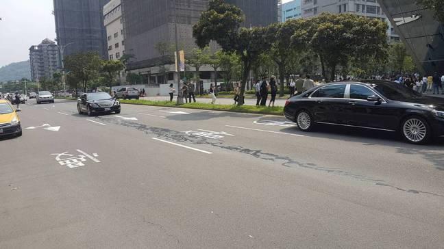 網路瘋傳台北市信義區松仁路被震裂,消防員巡視確認是瀝青灑落路面,與這次地震無關。...
