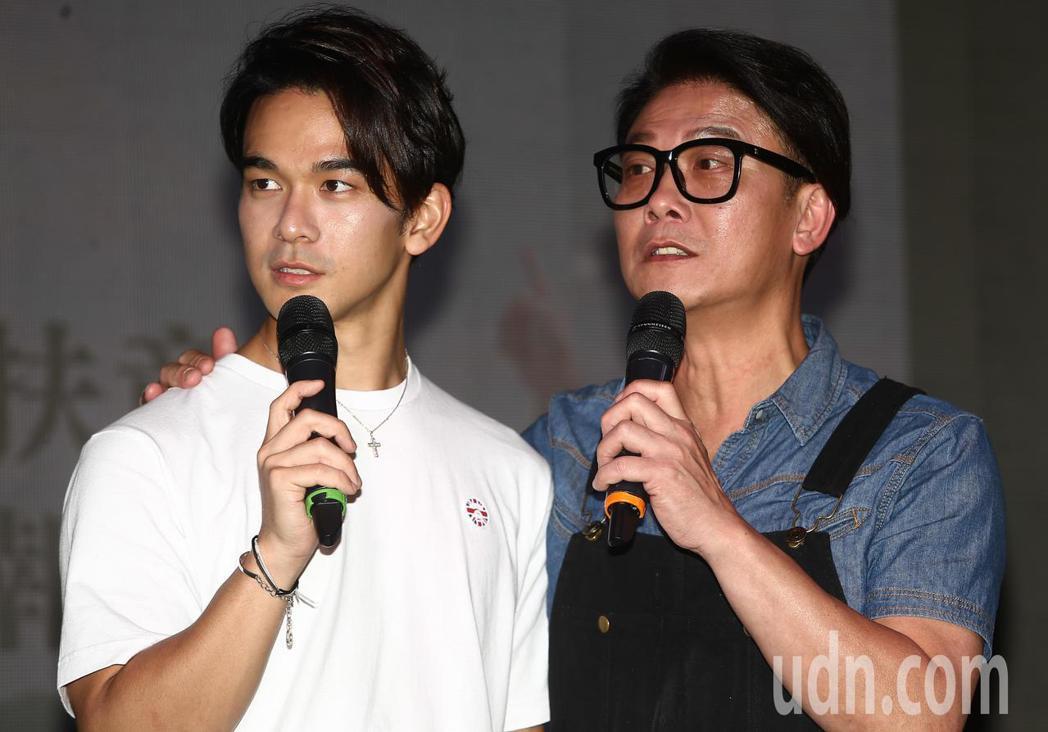 傳奇武打明星錢小豪(右)與兒子龐景峰(左)一起現身公益環島活動。記者黃仲裕/攝影