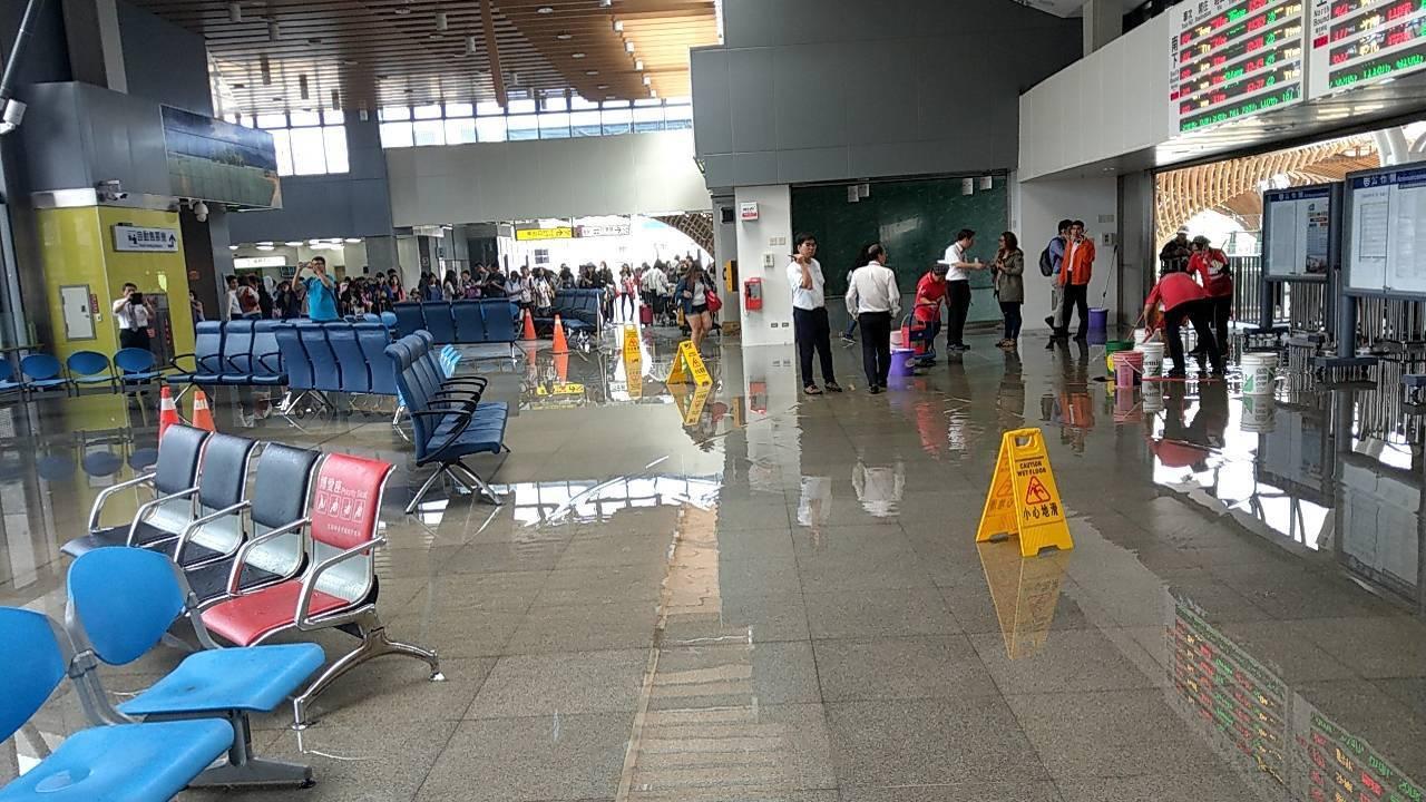 花蓮站大廳因地震致水管斷裂而發生漏水。圖/台鐵局提供