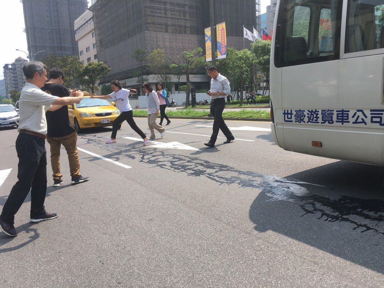 今天中午發生地震,台北市松仁路疑似出現「地裂」,北市府先是澄清為柏油灑落,稍早進...
