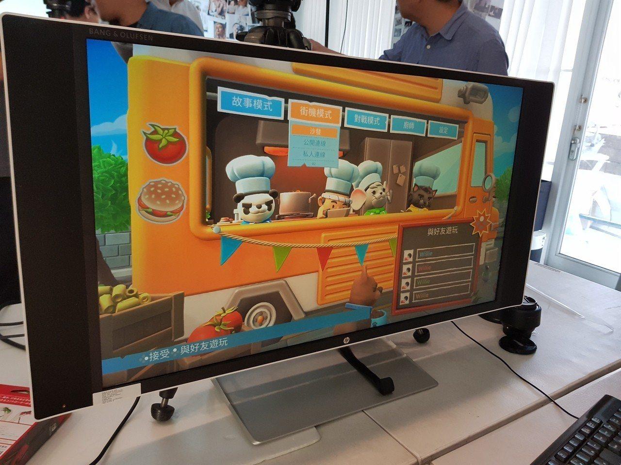 前台北縣長周錫瑋今天下午到北市體驗電競遊戲產業、玩電玩。記者翁浩然/攝影