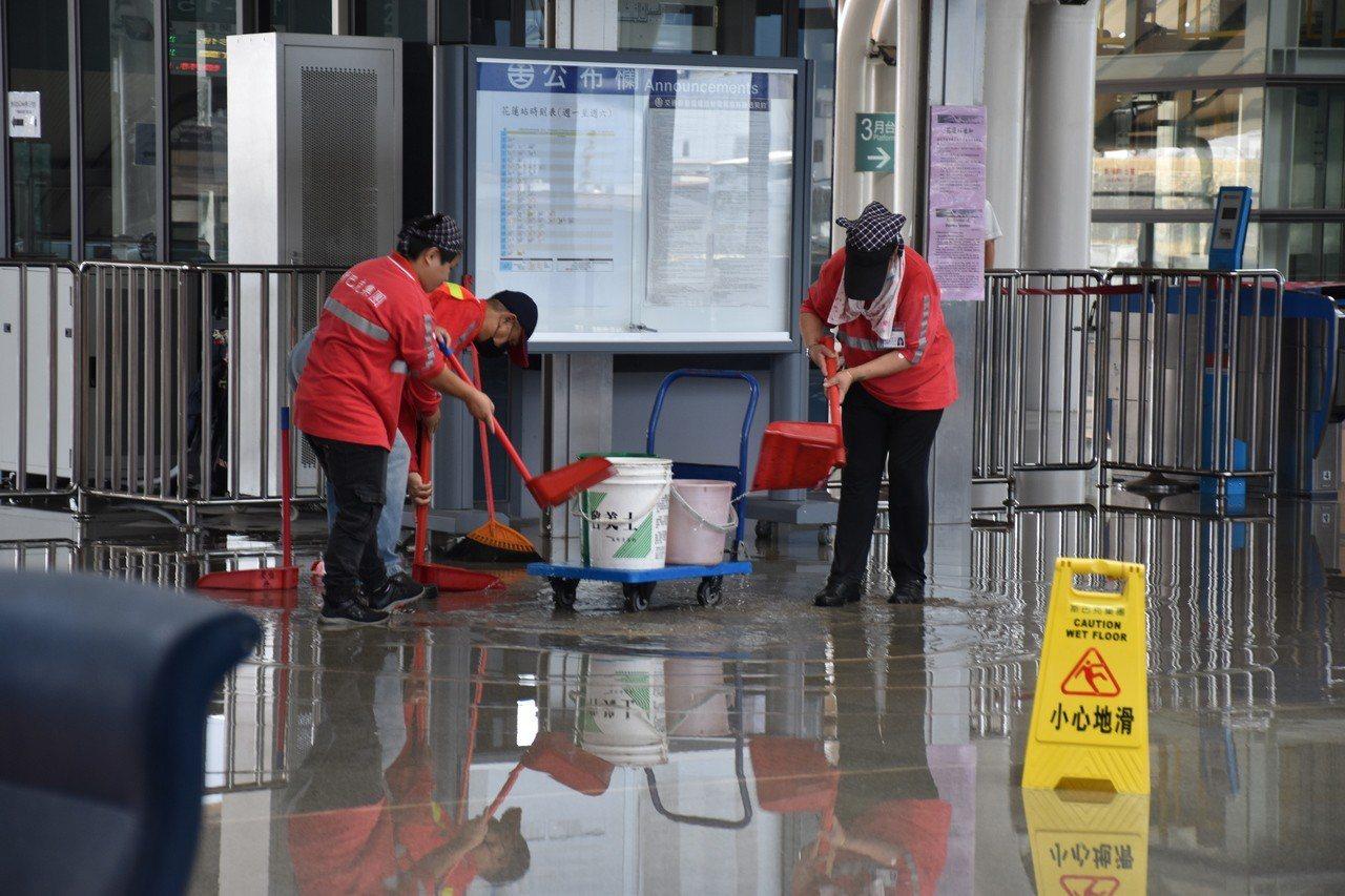 台鐵外包清潔員用畚箕裝水。記者王思慧/攝影