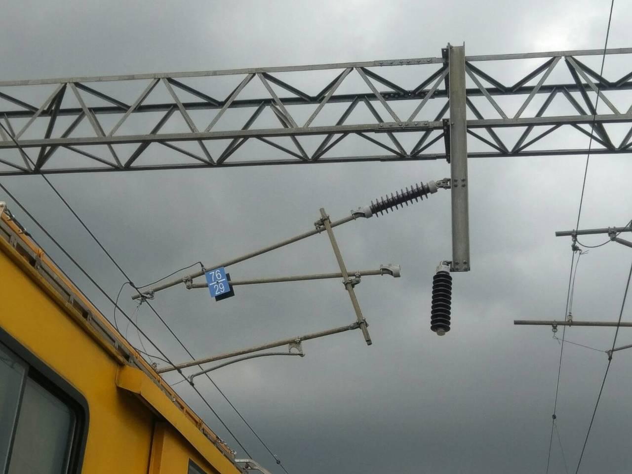 台鐵電車線三角架因地震歪斜。圖/台鐵提供