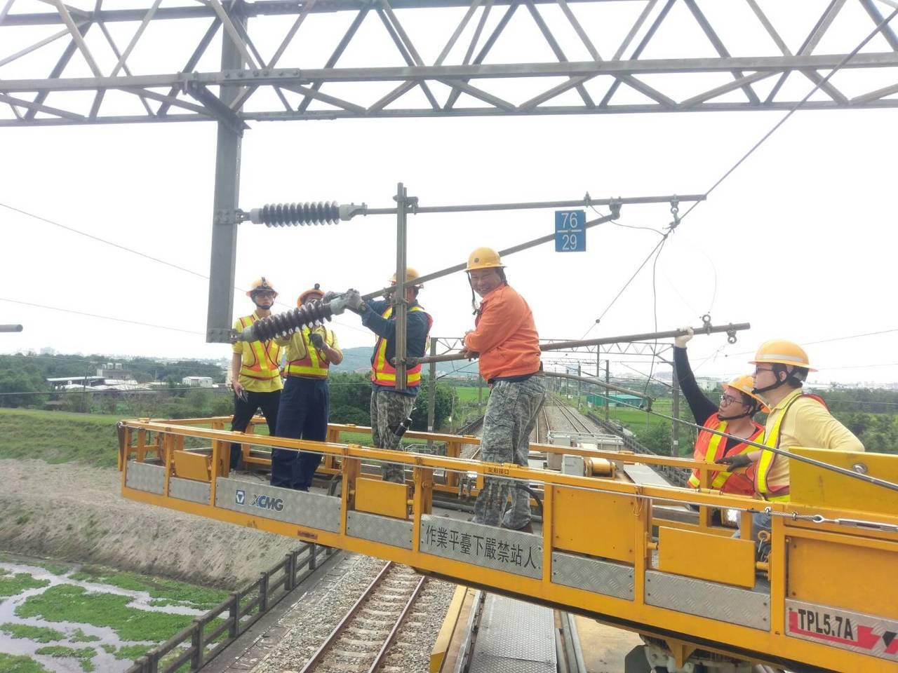 台鐵電車線三角架因地震歪斜,工作人員搶修。圖/台鐵提供